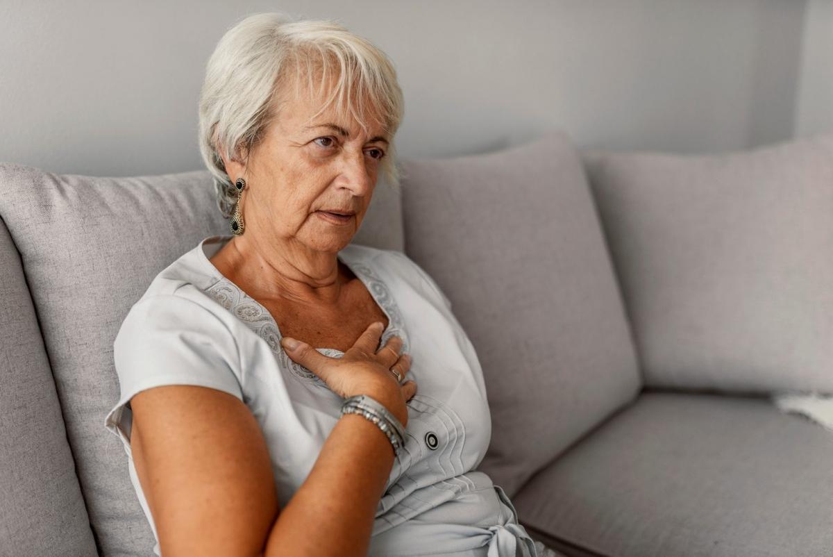 Khó thở: Nếu bạn thấy choáng váng do khó thở khi chạy bộ hoặc leo cầu thang, đó có thể là dấu hiệu cảnh báo rằng tim bạn không khỏe mạnh.