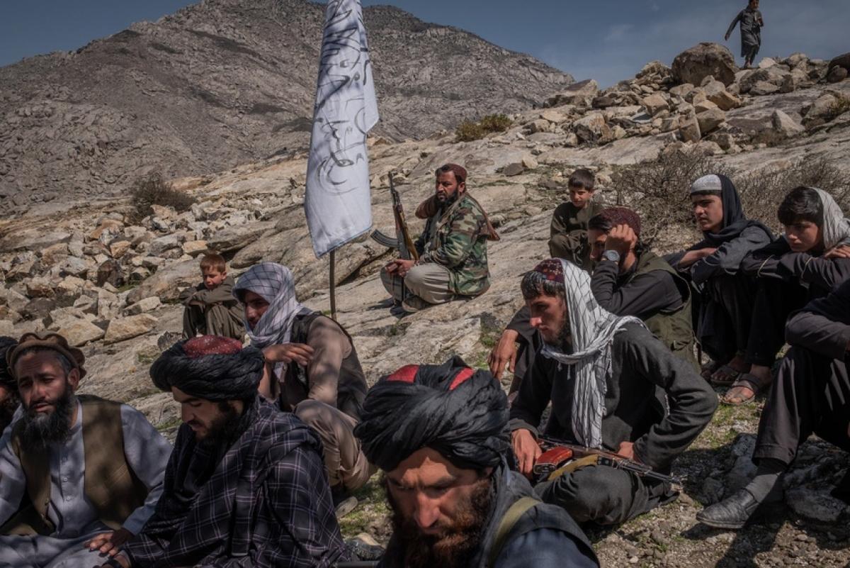 Các tay súng Taliban ở vùng Alingar. Ảnh:New York Times.