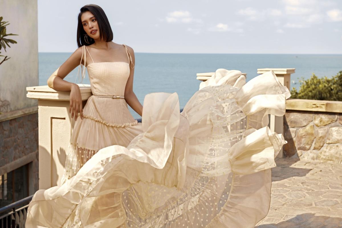 """Cô tự tin khoe vóc dáng hoàn hảo trong các thiết kế khoe khéo vai trần và đôi chân dài. Nét đẹp rất """"Tây"""", màu da khoẻ khoắn, đầy sức sống của Hoa hậu cũng vô cùng phù hợp với không khí mùa hè trên biển của BST."""