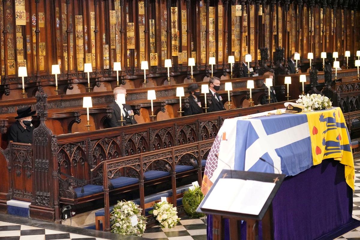 Các thành viên trong Hoàng gia Anh ngồi giãn cách nhautrong tang lễ Hoàng thân Philip. Ảnh: Daily Mail