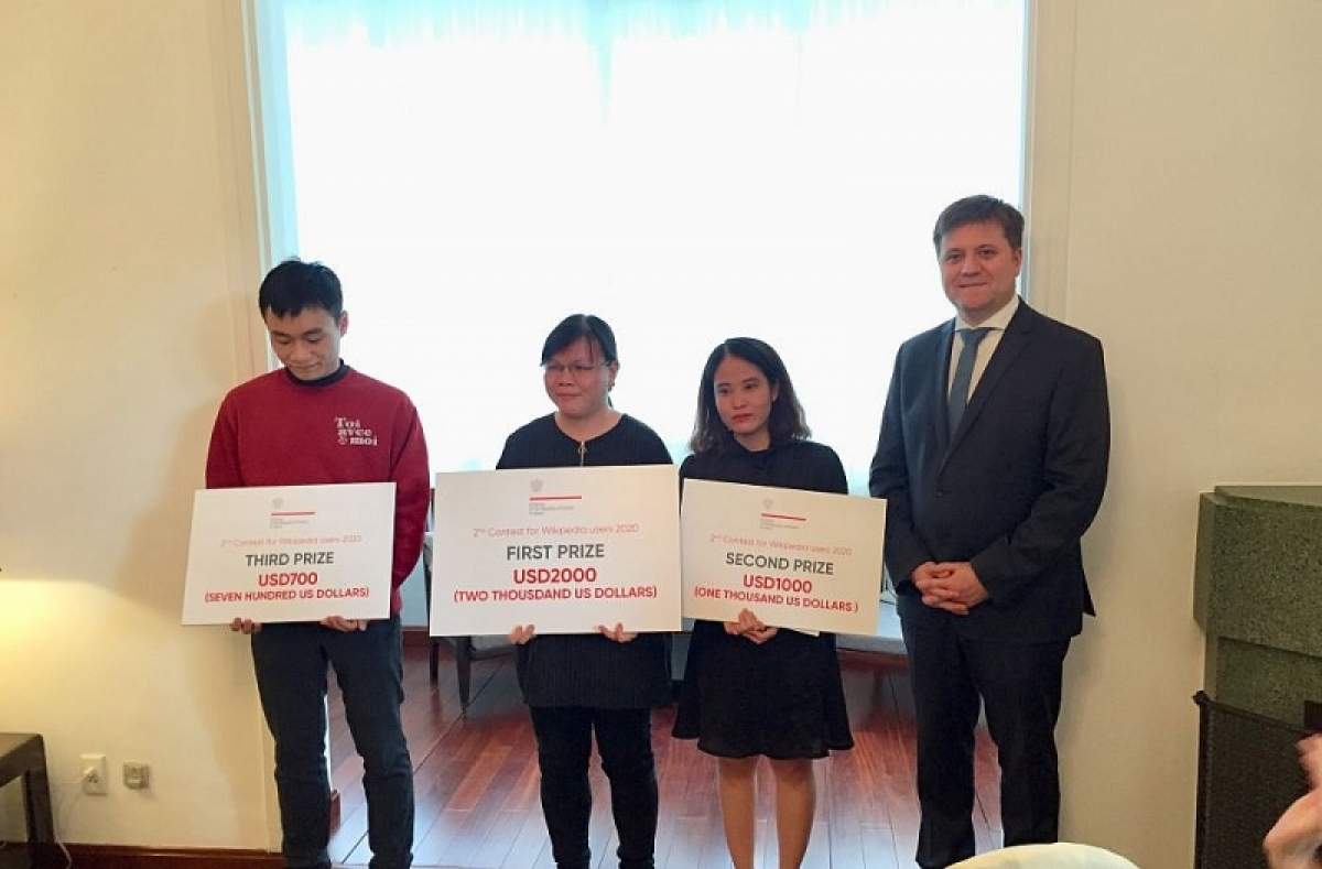 The Polish Embassy in Vietnam grants awards to the winners of the Wikipedia 2020 contest.