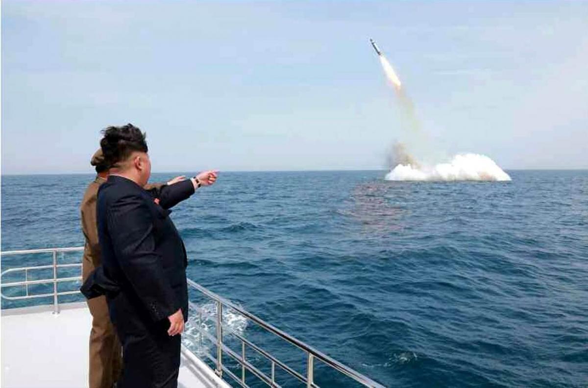 Nhà lãnh đạo Kim Jong-un theo dõi một vụ thử tên lửa phóng từ tàu ngầm của Triều Tiên. Ảnh: AFP