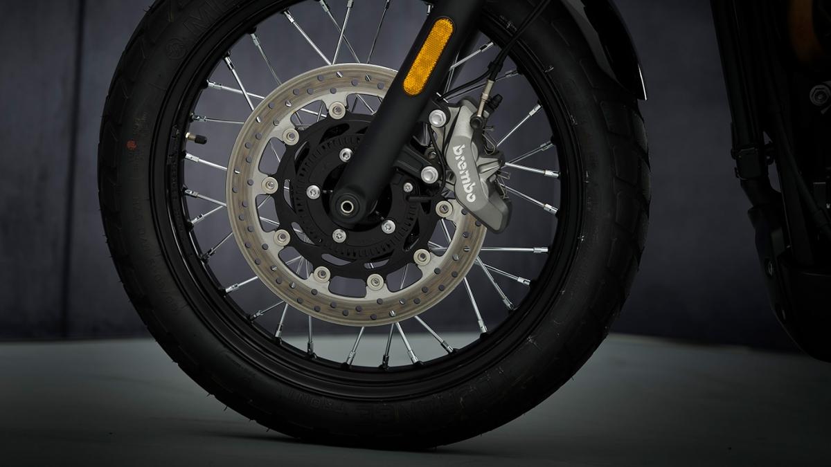 Về mặt sức mạnh,Triumph Street Scrambler Sandstorm vẫn được trang bị động cơ 900 cc xi-lanh song song và làm mát bằng chất lỏng, giúp sản sinh công suất tối đa 65 mã lực (PS) tại 7.250 vòng/phút và mô-men xoắn cực đại 80 Nm tại 3.250 vòng/phút, đi cùng với đó là hộp số 5 cấp.
