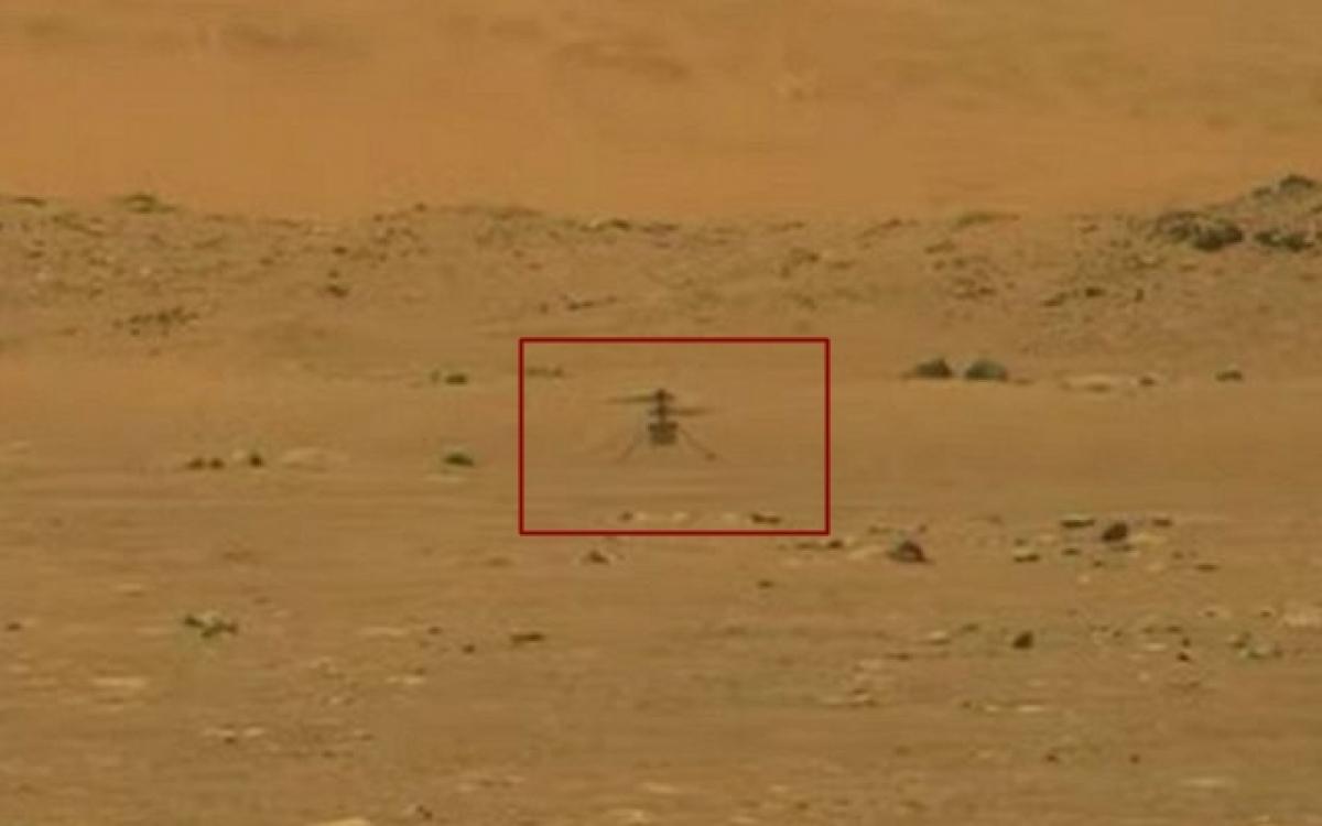 Trực thăng không người láiIngenuity lơ lửng trên bề mặt Sao Hỏa. Ảnh: NASA.