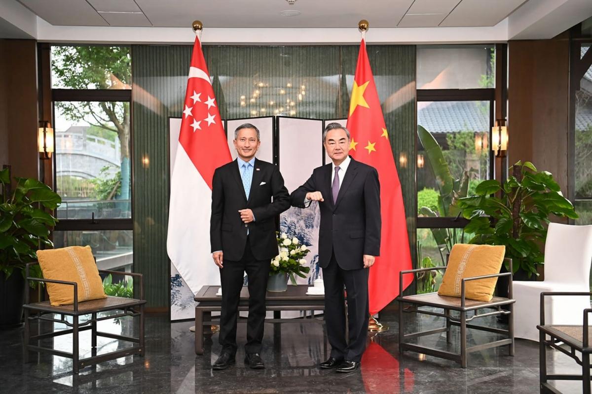 Ngoại trưởng Singapore Vivian Balakrishnan (trái) và Ngoại trưởng Trung Quốc Vương Nghị. Ảnh: Bộ Ngoại giao Trung Quốc