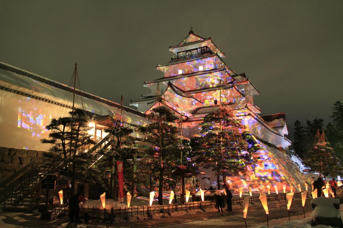 Mùa đông, lâu đài Tsuruga được bao phủ một thảm tuyết trắng muốt tuyệt đẹp. Vào giữa tháng Hai, lễ hội nến Aizu Erosoku được tổ chức, nhằm giới thiệu những sản phẩm nến được thực hiện bởi bàn tay khéo léo của các nghệ nhân trong vùng. Hình ảnh tòa thành được chiếu sáng bởi hàng nghìn cây nến vô cùng tráng lệ, khiến du khách đặc biệt ấn tượng.