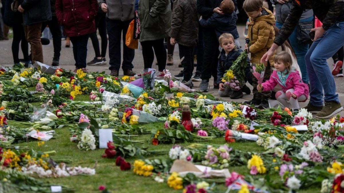 Nhiều người dân Anh tìm đến đặt hoa ở nhà thờ Windsor để tưởng nhớ hoàng thân Philip (Ảnh: BBC)