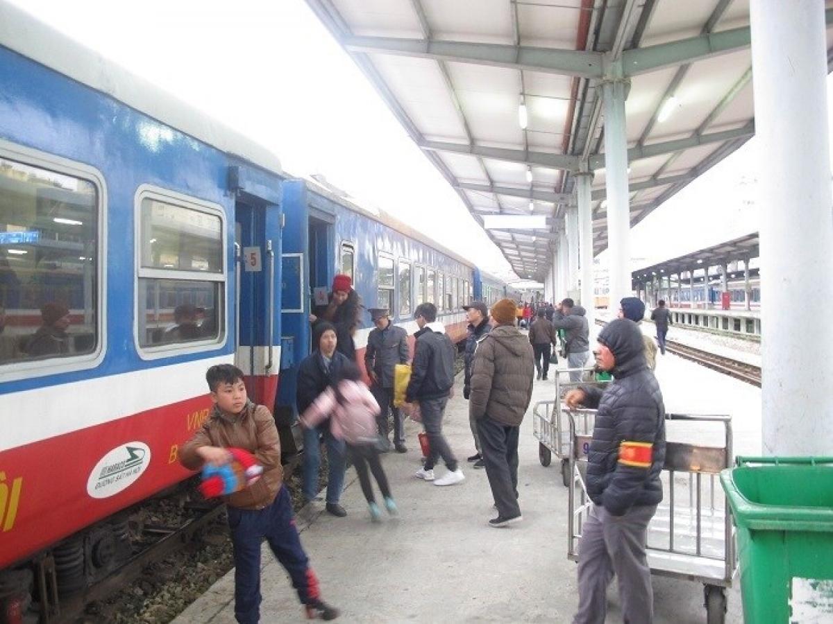 Để phục vụ tốt nhất nhu cầu đi lại của người dân dịp 30/4 và 1/5, ngành Đường sắt sẽ tổ chức chạy nhiều tàu khách tuyến Bắc - Nam.