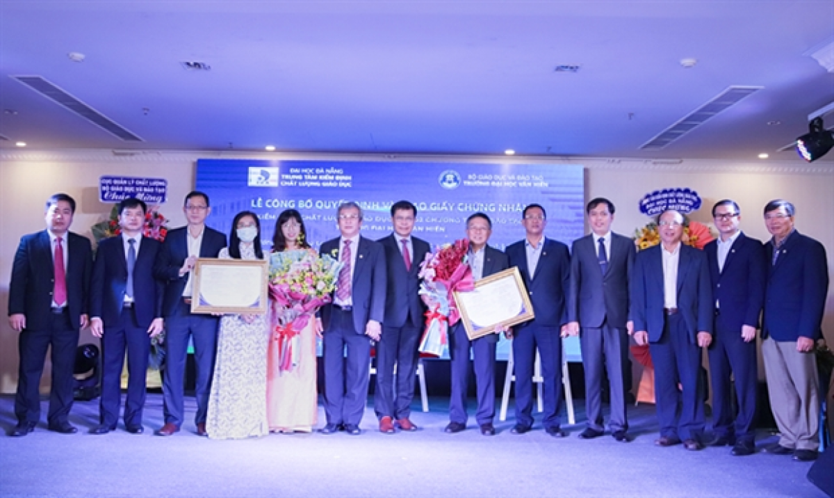 Van Hien University's IT and hotel management majors in HCM City are awarded quality accreditation certificates by the Quality Management Department and Centre for Education Quality Accreditation at Da Nang University on April 5. (Photo courtesy of the university)