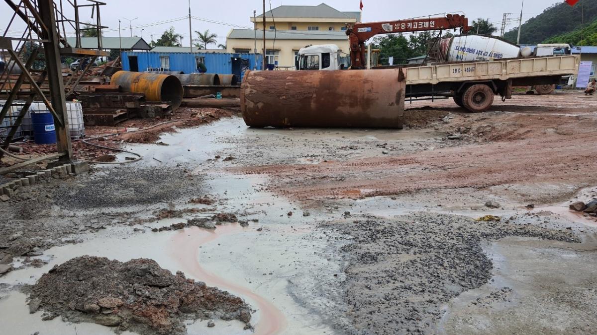Công ty sản xuất bê tông vi phạm các quy định về môi trường (ảnh Công an tỉnh Quảng Ninh).