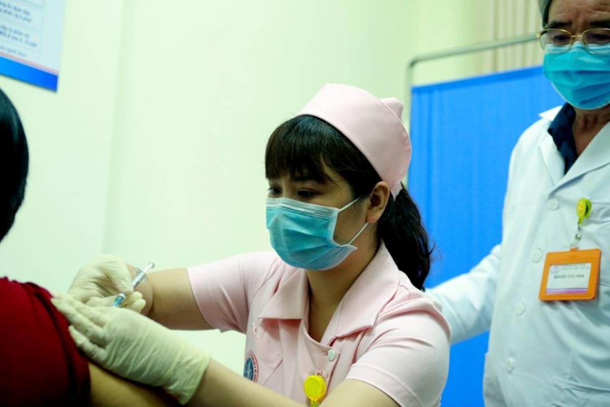 Nhân viên y tế tiêm thử nghiệm vaccine COVIVAC của Việt Nam cho tình nguyện viên.