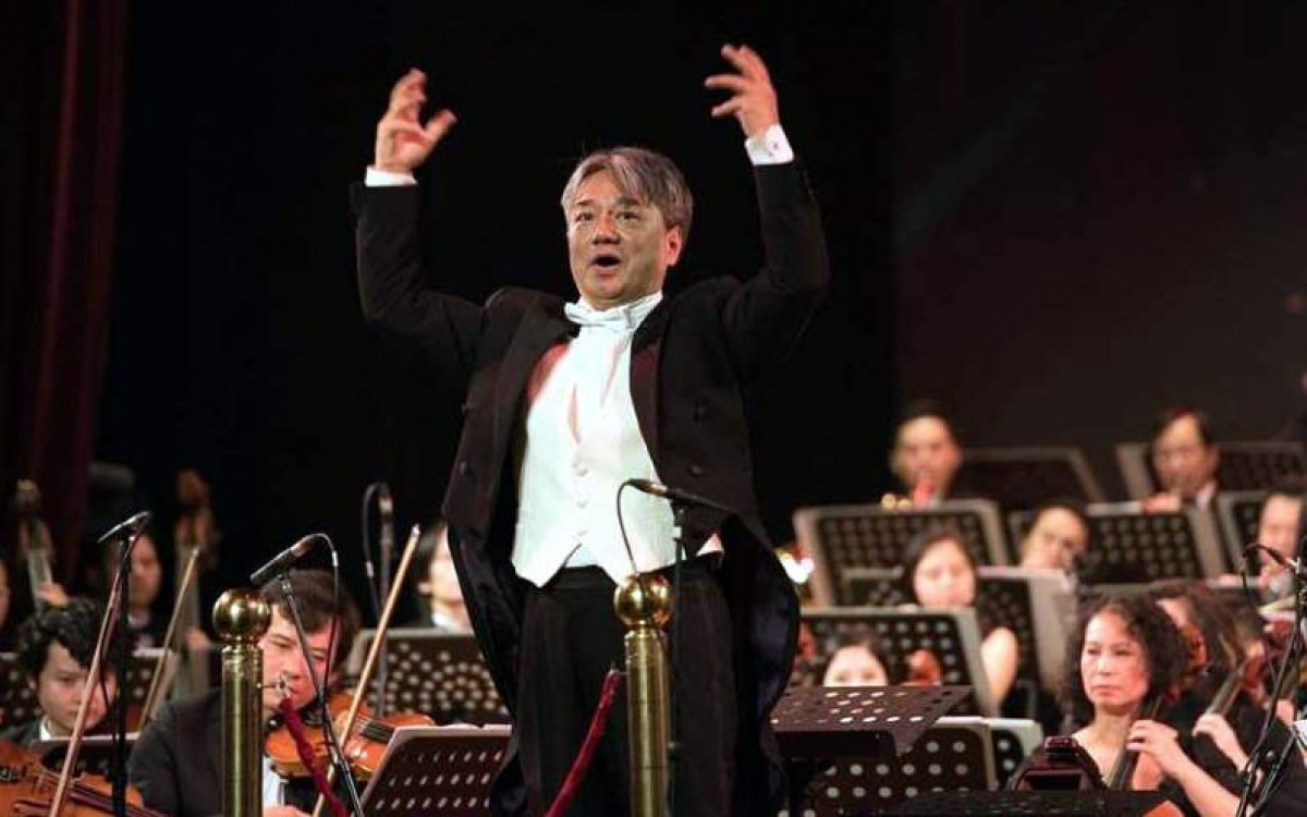 Nhạc trưởng Honna Tetsuji.