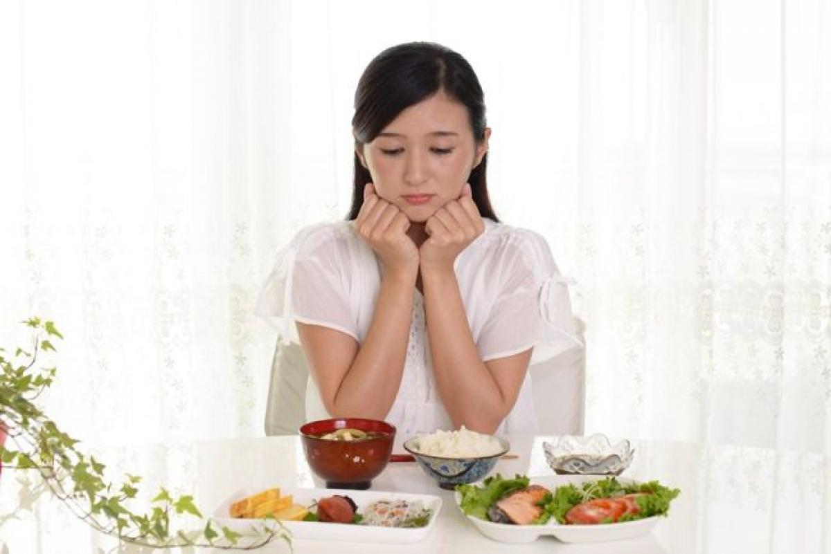 Chán ăn: Bản thân chứng viêm ruột thừa không gây chán ăn, mà các triệu chứng của nó mới là nguyên nhân. Buồn nôn, nôn mửa khiến người bệnh không muốn ăn uống bất cứ thứ gì, và điều này có thể dẫn đến sụt cân, thay đổi nhu động ruột, khiến tình trạng bệnh càng trở nặng.
