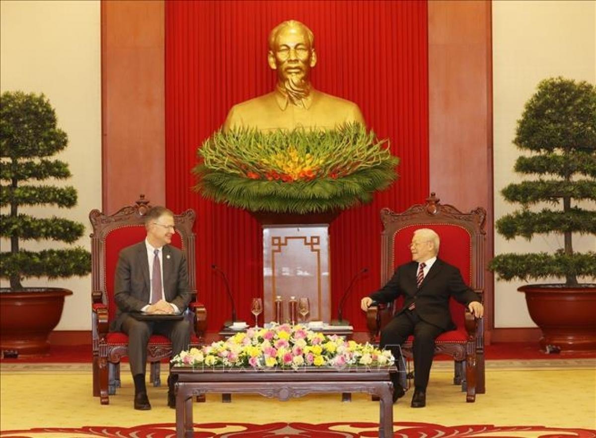 US Ambassador to Vietnam Daniel J. Kritenbrink (L) pays farewell visit to Party General Secretary Nguyen Phu Trong on April 15. (Photo: VNA)