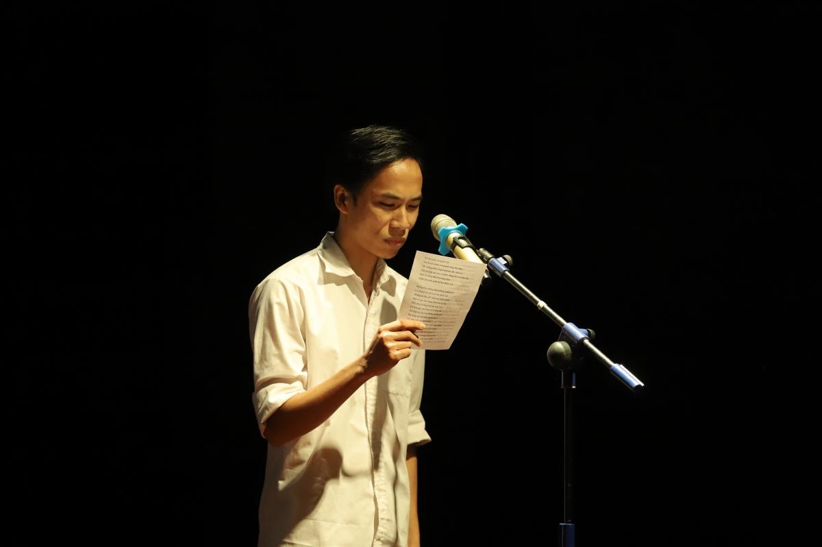 """Việt Anh (Vlog 1977) đang đọc bài thơ """"Có những lúc"""" (Lưu Quang Vũ)."""