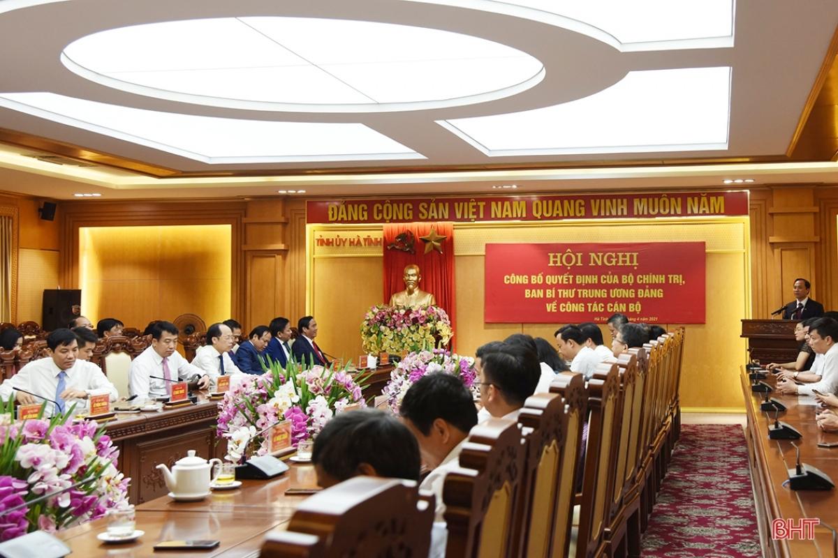 Tại hội nghị, đại diện Ban Tổ chức Trung ương đã công bố các quyết định của Bộ Chính trị, Ban Bí thư Trung ương Đảng về công tác cán bộ. Ảnh: Báo Hà Tĩnh.