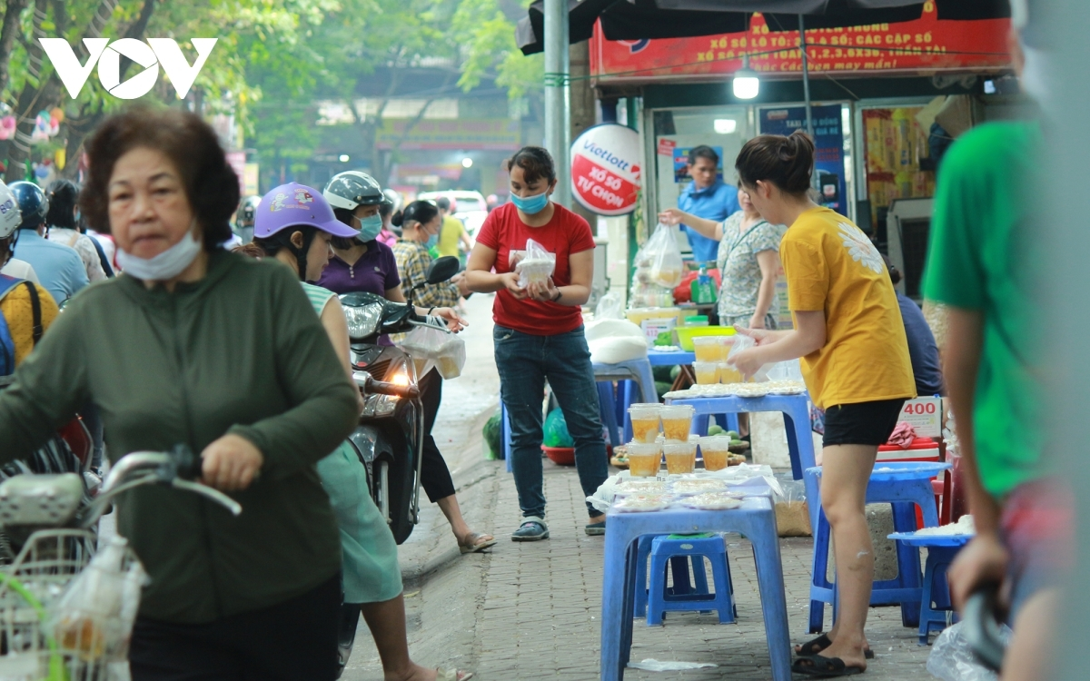 Người dân tranh thủ mua bánh dịp Tết Hàn thực.