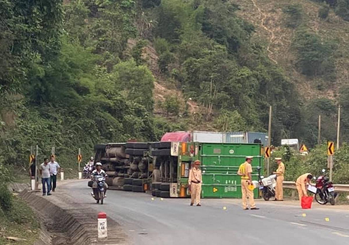 Lực lượng CSGT xử lý phân luồng giao thông trên Quốc lộ 9 khi một xe container bị lật giữa đường.