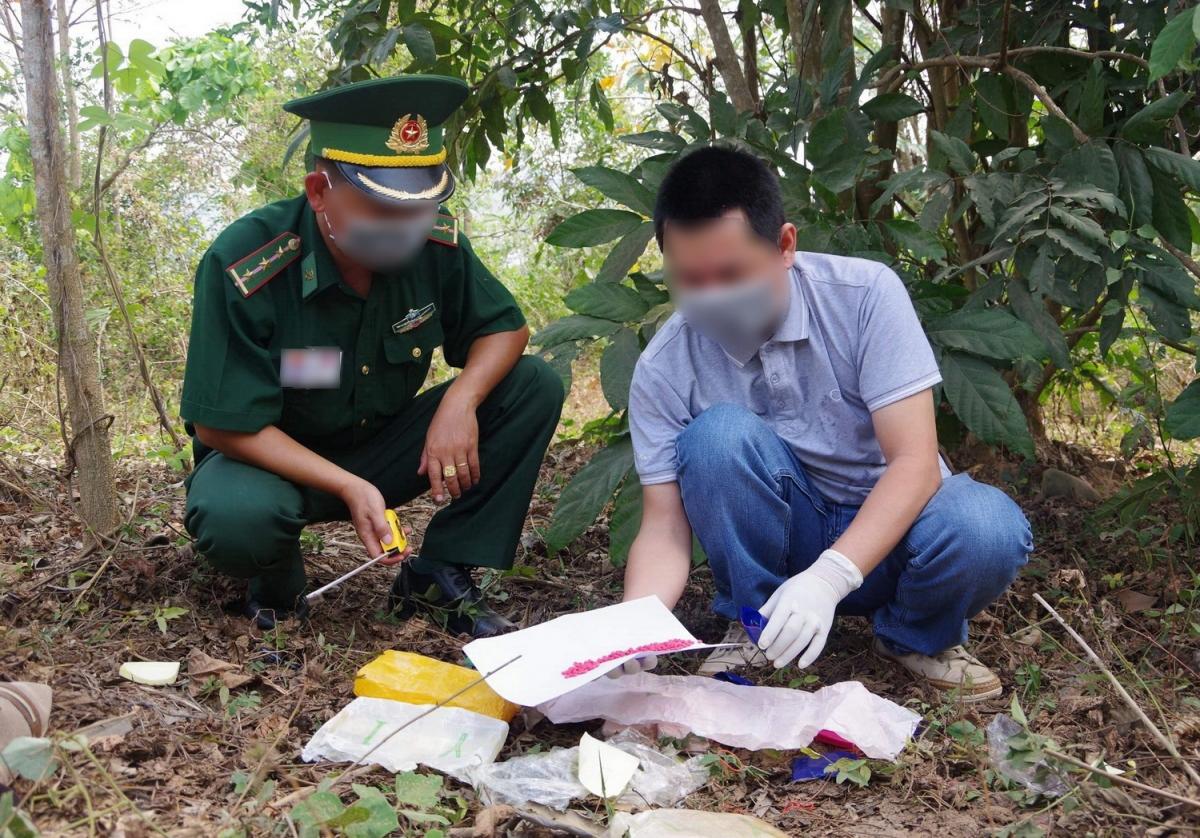 Lực lượng chức năng kiểm tra túi xách phát hiện bên trong chứa 12.000 viên ma túy tổng hợp.