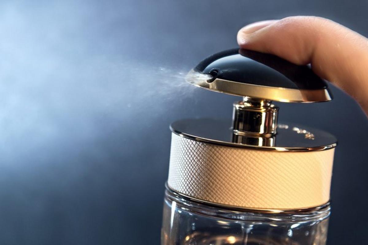Xịt nước hoa vào đồ lót: Nhiều người có thói quen sai lầm là xịt nước hoa vào đồ lót để vùng kín luôn thơm tho. Tuy nhiên, các hóa chất có trong nước hoa có thể làm rối loạn pH vùng kín, làm tăng nguy cơ nhiễm nấm, nhiễm khuẩn hoặc viêm đường tiết niệu./.