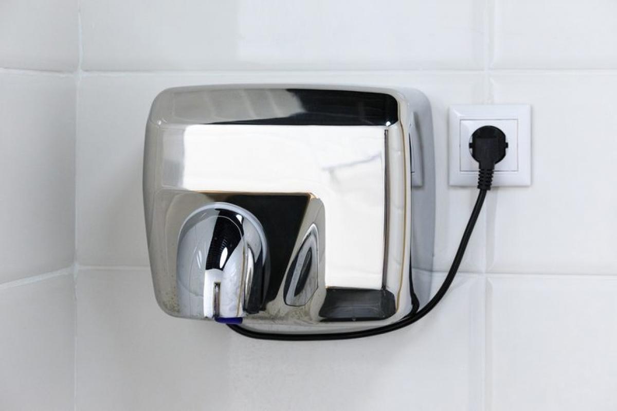 Máy sấy khí: Máy sấy khí không phải là một lựa chọn thay thế tốt hơn khăn giấy lau tay, vì máy sấy khí không có khả năng lau sạch lượng vi khuẩn còn sót lại sau khi rửa tay, và thậm chí còn có thể khiến những vi khuẩn này phân tán ra khắp phòng.
