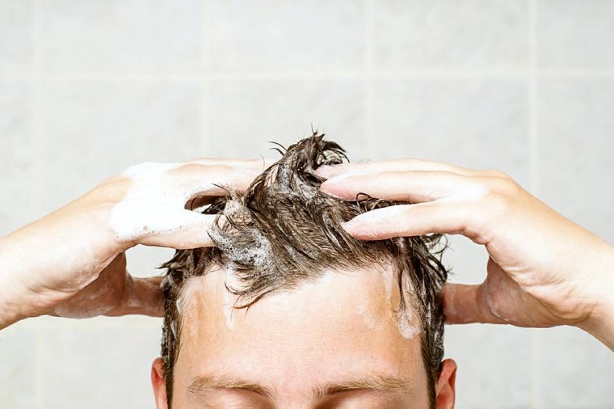 Gội đầu mỗi ngày: Sạch sẽ là tốt, nhưng điều đó không đồng nghĩa với việc bạn nên gội đầu quá thường xuyên. Gội đầu hàng ngày làm trôi lớp dầu tự nhiên của tóc và da đầu khiến tóc khô, giòn và dễ gãy rụng.