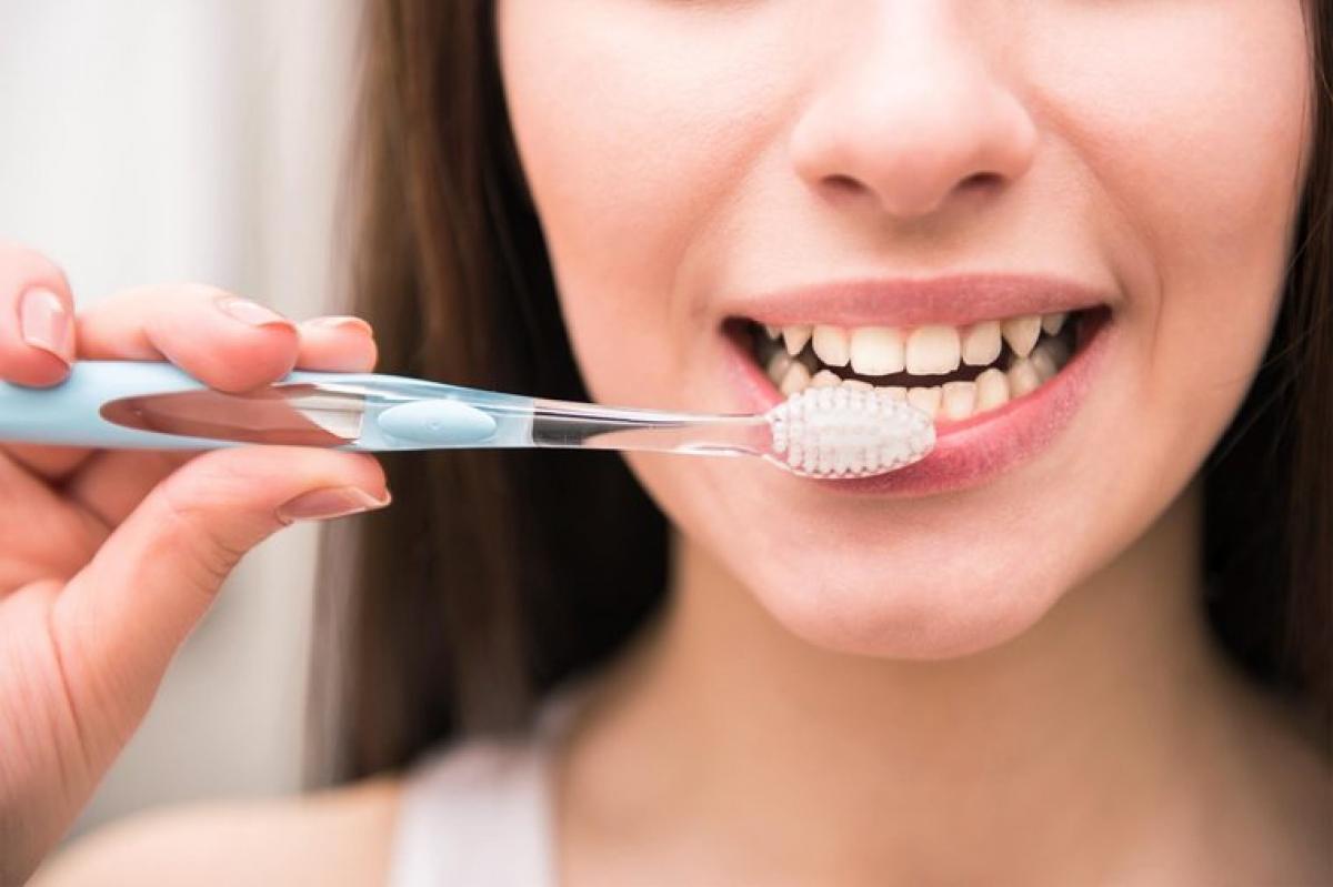 Đánh răng ngay sau khi ăn: Những người cuồng sạch sẽ có thể chọn đánh răng ngay sau bữa ăn, nhưng đây là một sai lầm. Một số loại thức ăn, đặc biệt các thực phẩm chứa axit citric, có thể làm yếu men răng, do đó đánh răng ngay sau khi ăn các thực phẩm này có thể hủy hoại men răng vốn đã ở trạng thái yếu.