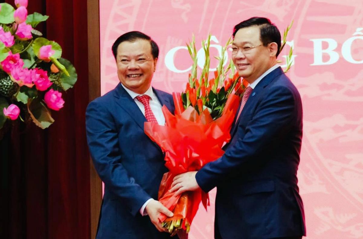 Chủ tịch Quốc hội Vương Đình Huệ chúc mừng ông Đinh Tiến Dũng.