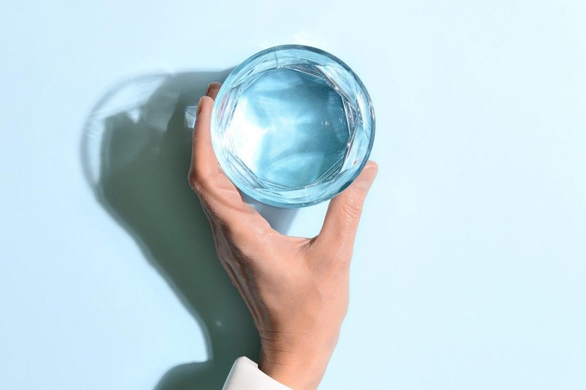 Nước tiểu có màu trong suốt: Nếu bạn uống đủ lượng nước mà cơ thể cần, nước tiểu của bạn sẽ có màu vàng nhạt và trong. Trái với suy nghĩ của nhiều người, nước tiểu không màu và trong suốt không phải là dấu hiệu khỏe mạnh, mà lại cho thấy bạn đã uống quá nhiều nước.