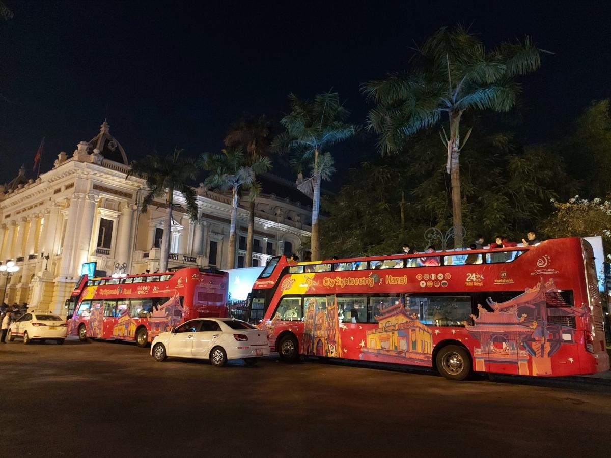 Tham quan Hà Nội về đêm bằng xe bus 2 tầng là một sản phẩm mới của du lịch Thủ đô. Nguồn: Vietnam Sightseeing