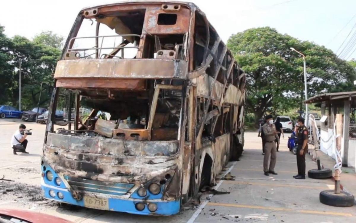 Xe buýt đã bị ngọn lửa thiêu rụi. (Ảnh: Bưu điện Bangkok)