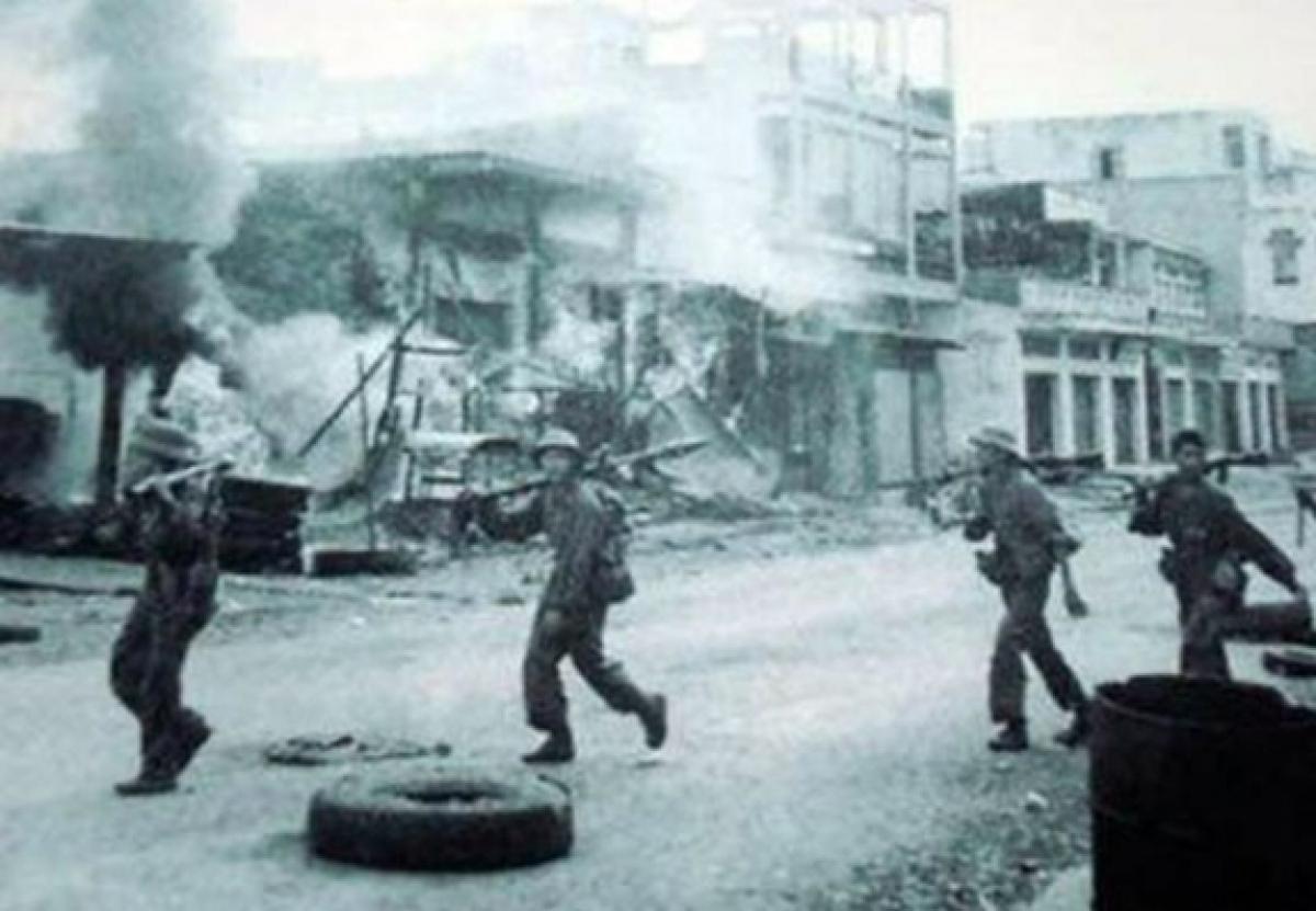 Bộ đội Quân đoàn 4 tiến vào giải phóng thị xã Xuân Lộc. Ảnh tư liệu