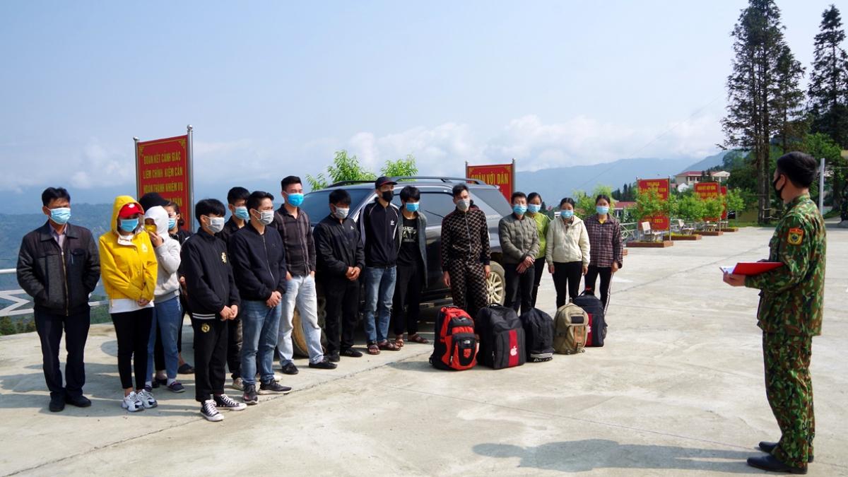 Cán bộ biên phòng Đồn Dào San tuyên truyền, động viên các trường hợp có ý định xuất cảnh trái phép sang Trung Quốc quay về địa phương.