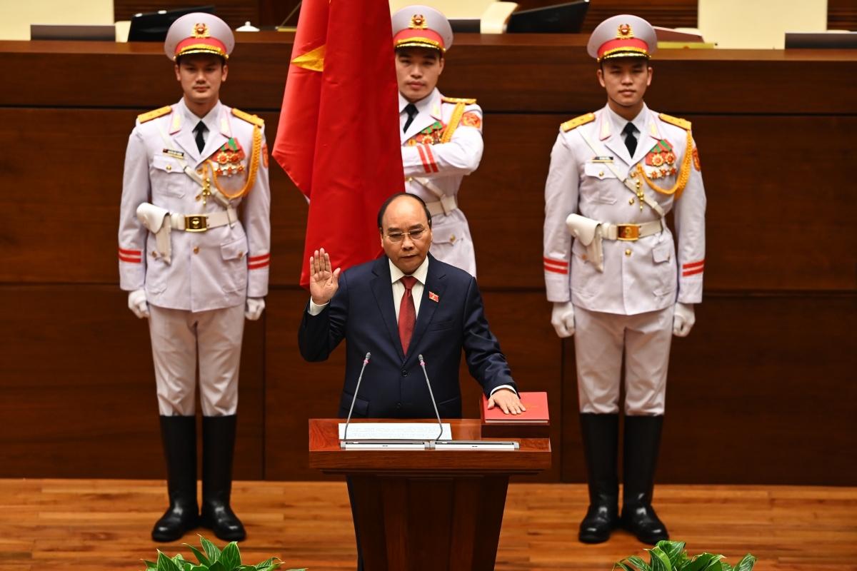 Theo quy định của Hiến pháp 2013 và Luật Tổ chức Quốc hội 2014, tân Chủ tịch nước tuyên thệ trước Quốc hội. Với các vị trí đã kinh qua, đây là lần thứ ba ông Nguyễn Xuân Phúc thực hiện nghi thức tuyên thệ (hai lần tuyên thệ trước đó là trên cương vị Thủ tướng Chính phủ nhiệm kỳ 2011-2016 và 2016-2021).