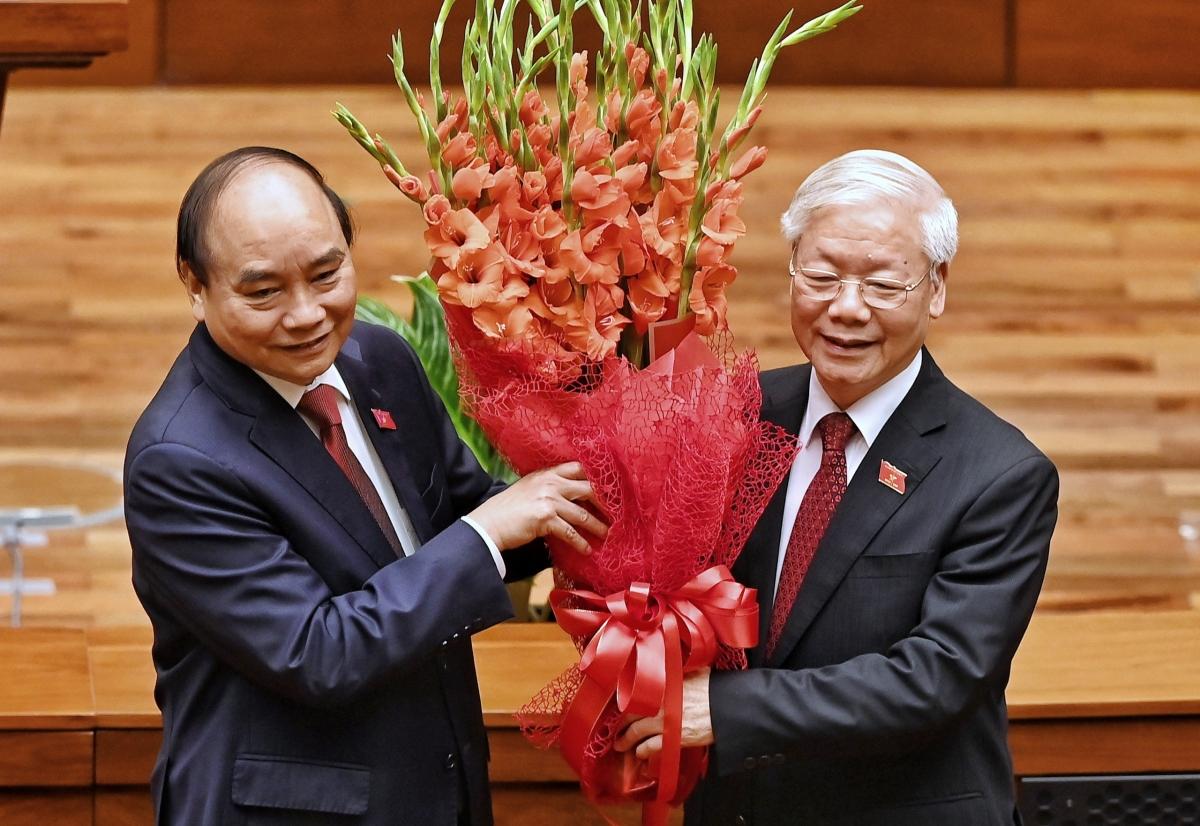 Chủ tịch nước Nguyễn Xuân Phúc tặng hoa Tổng Bí thư Nguyễn Phú Trọng.