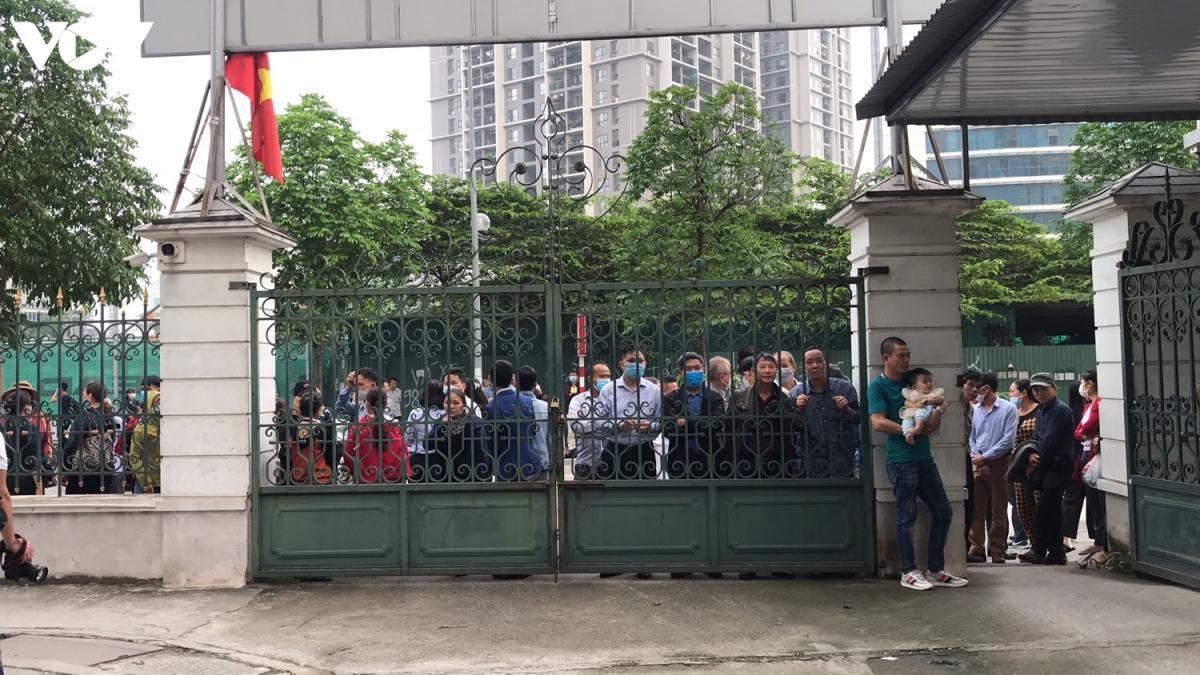 Rất đông người thân của các bị cáo chờ ở bên ngoài để theo dõi kết quả phiên tòa.