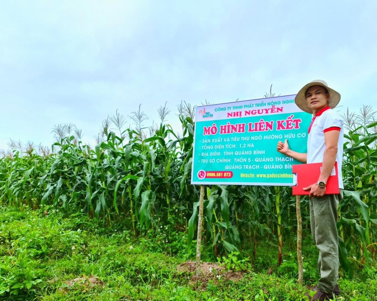 Chàng trai trẻ Nguyễn Văn Nhị (1991) đã gặt hái được thành công với mô hình gà đồi sinh học. (Ảnh NVCC)