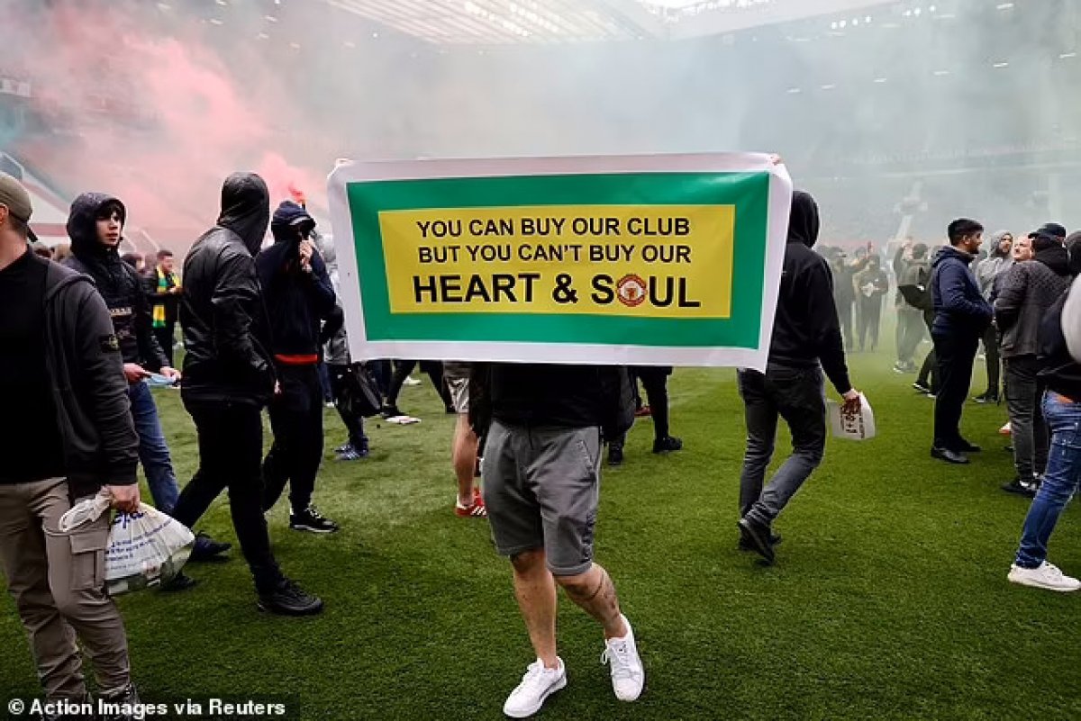 Ngày 2/5 vừa qua, các CĐV MU đã tràn vào sân Old Trafford, làm loạn và giơ những biểu ngữ phản đối các ông chủ của MU.