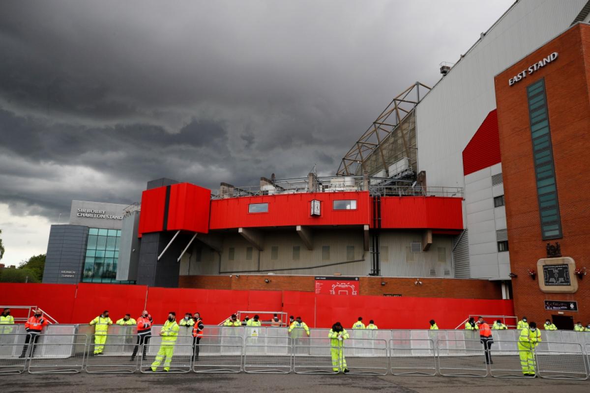 Dù thời tiết tại Manchester thất thường nhưng lực lượng cảnh sát vẫn túc trực để hạn chế các CĐV quá khích đến gần sân Old Trafford.