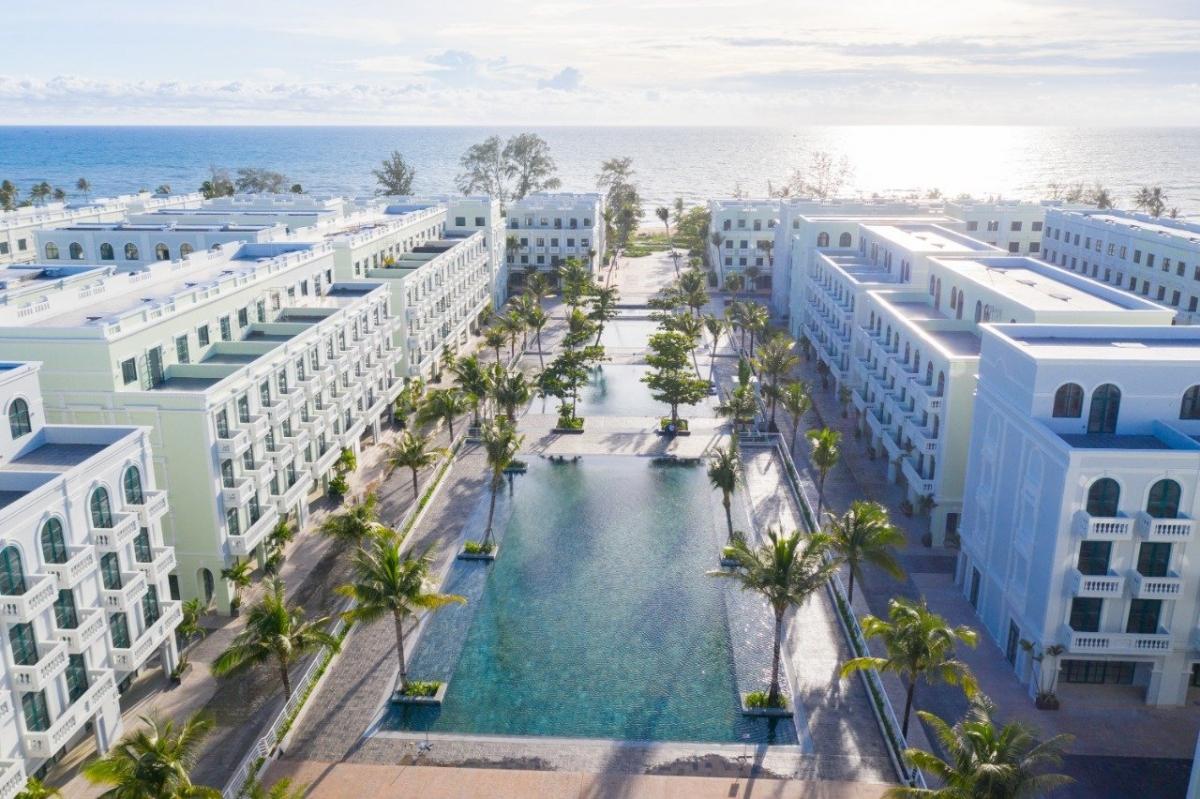 Bể bơi 3 tầng Phu Quoc Waterfront, rộng 3.500m2 thênh thang, nhìn thẳng ra biển được giới trẻ truyền tai nhau những ngày qua nằm trong khu phức hợp du lịch Phu Quoc Marina ở Bãi Trường. Không gian xung quanh bể là hệ thống shophouse theo phong cách kiến trúc Đông Dương sang trọng và lãng mạn.