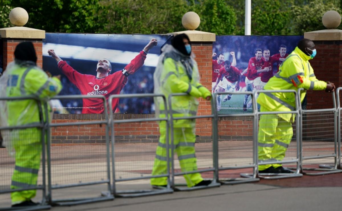 Những hàng rào sắt cao 3m được dựng lên quanh sân để hạn chế các CĐV tiếp cận.