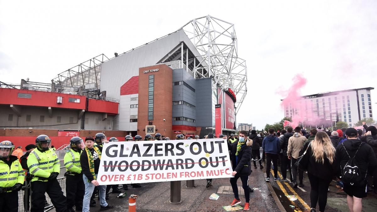 CĐV MU tiếp tục biểu tình phản đối các ông chủ nhà Glazer trước trận gặp Liverpool.