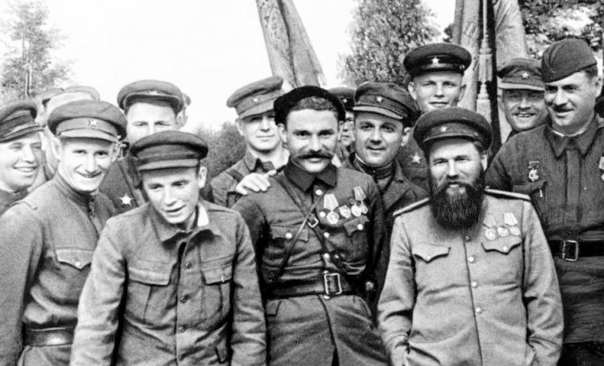Trước khi trở thành một vị Tướng, nhà văn, Pyotr Vershigora (người để râu) từng kinh qua nhiều cương vị khác nhau; Nguồn: historygreatrussia.ru