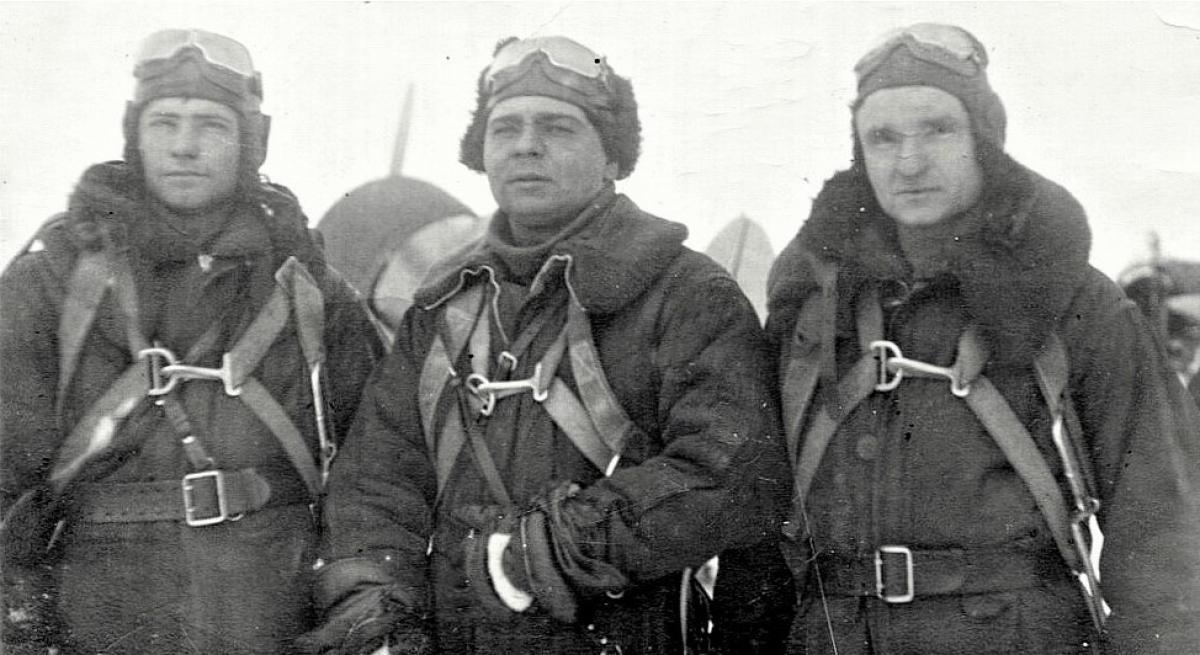 Alexey Storozhakov (giữa) cùng các phi công Hồng quân; Nguồn: soviet-aces-1936-53.ru