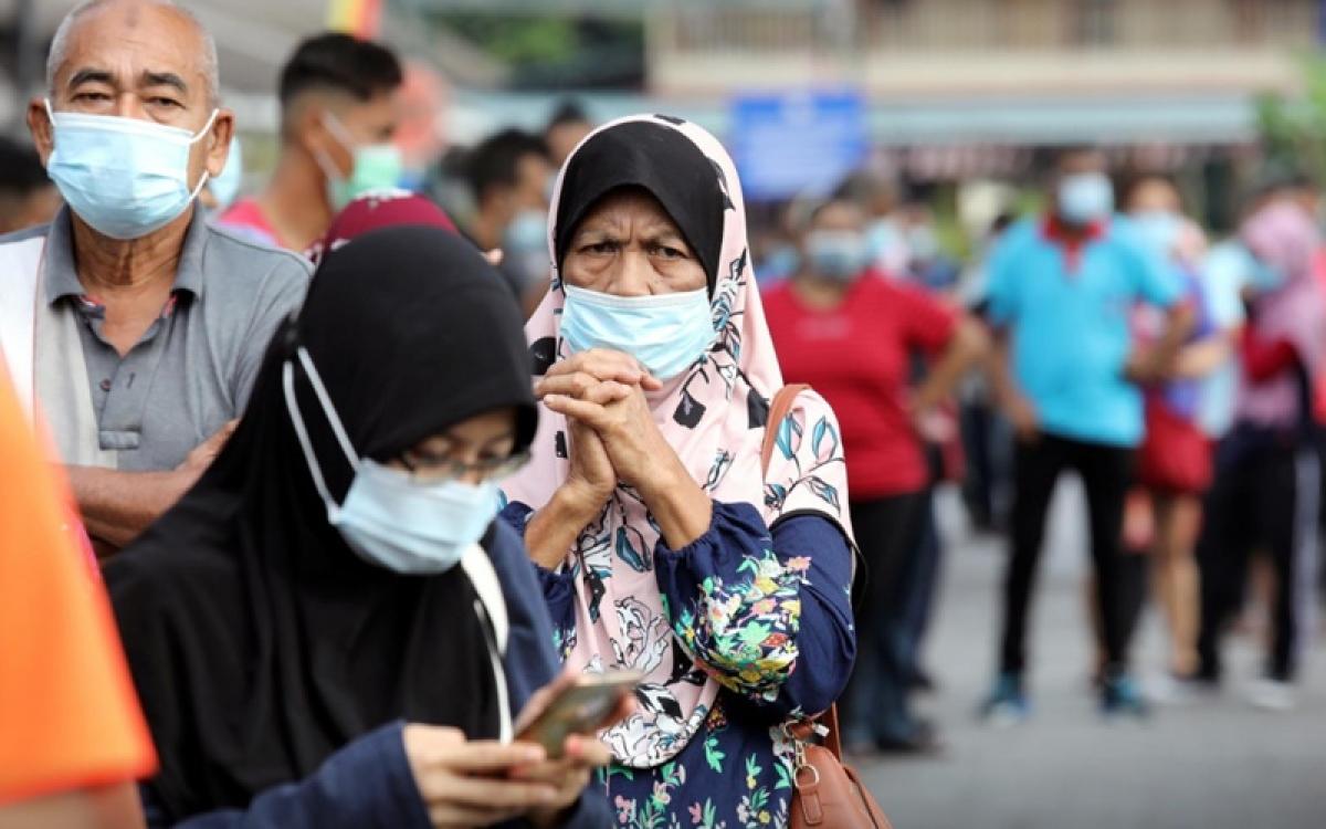 Người dân xếp hàng chờ làm xét nghiệm tại thành phố Klang, Malaysia. (Ảnh: Reuters)