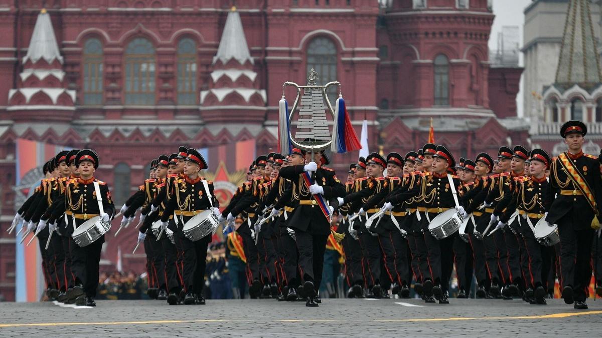 Đi đầu là Đại đội trống quân nhạc. Tiếp theo là đội rước cờ. Hộ tống đội rước cờ là đội tiêu binh của 3 binh chủng lục quân, hải quân và không quân vũ trụ. Ảnh: RIA Novosti