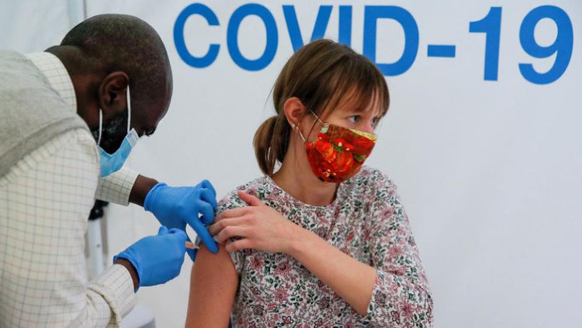 Khả năng miễn dịch với SARS-CoV-2 kéo dài ít nhất 1 năm, thậm chí có thể suốt đời, và sẽ cải thiện theo thời gian, đặc biệt sau khi tiêm vaccine. (Ảnh minh họa: Reuters)