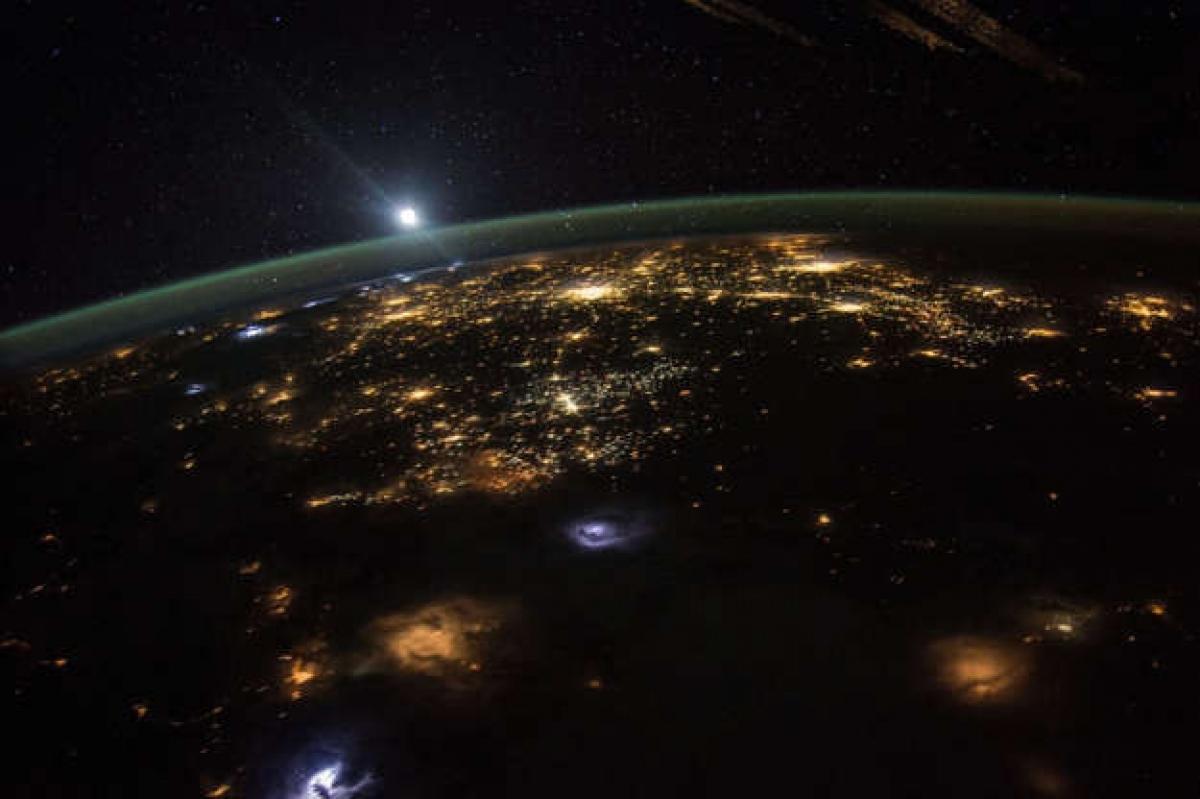 Không ai trong chúng ta xa lạ với vẻ đẹp của bình minh khi mặt trời phủ kín vạn vật bằng ánh sáng của mình. Tuy nhiên, đã bao giờ bạn từ hỏi bình minh trên Trái Đất trông như thế nào nếu nhìn từ vũ trụ? Câu hỏi này đã được phi hành gia người Mỹ Scott Kelly trên Trạm Vũ trụ Quốc tế trả lời bằng một bức ảnh đầy ấn tượng.