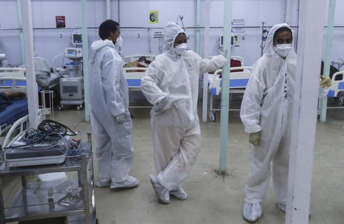 Các nhân viên y tế theo dõi bệnh nhân trong một khoa tại bệnh viện dã chiến BKC.