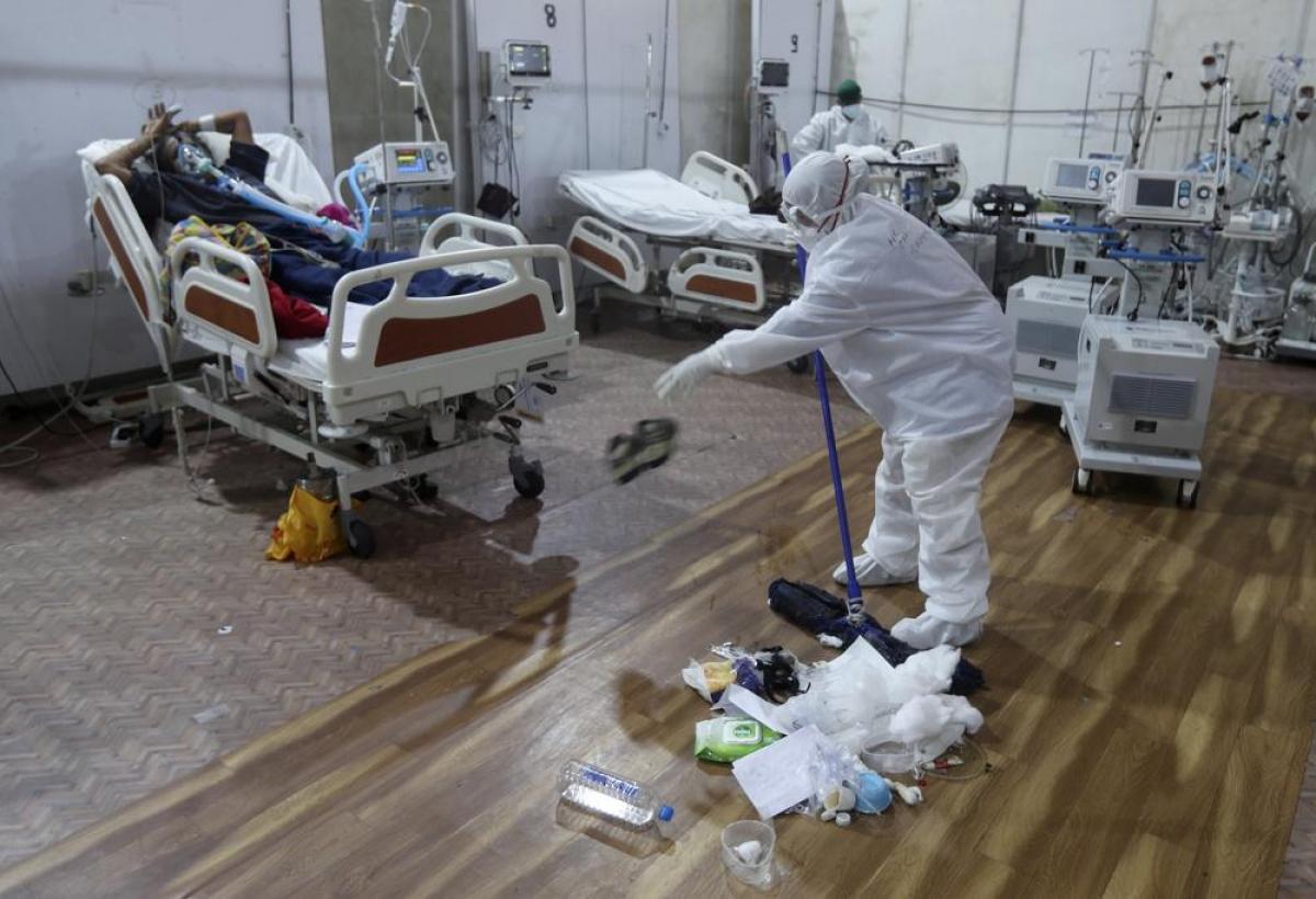 Nhân viên y tế dọn dẹp tạibệnh viện dã chiến BKC.